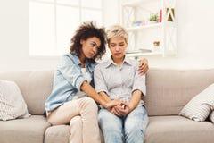 Deux femmes parlant des problèmes à la maison Photos libres de droits