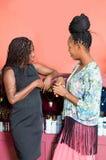 Deux femmes parlant la position devant un magasin de bijoux image stock
