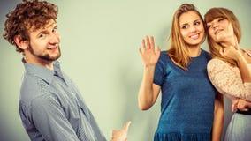 Deux femmes parlant le bavardage au sujet de l'homme Photos libres de droits