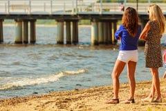 Deux femmes parlant le repos sur la plage Image stock