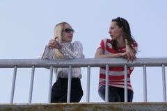 Deux femmes parlant sur la passerelle Photo libre de droits