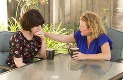 Deux femmes partageant et causant au-dessus du café Images libres de droits