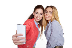 Deux femmes partageant le media social dans un téléphone intelligent Photos stock