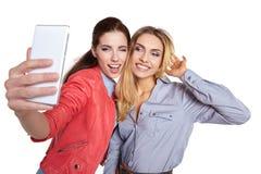 Deux femmes partageant le media social dans un téléphone intelligent Image libre de droits