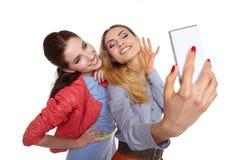 Deux femmes partageant le media social dans un téléphone intelligent Image stock