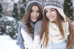 Deux femmes pendant l'hiver Image libre de droits