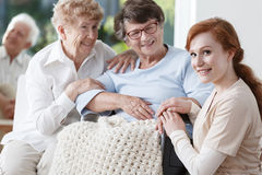 Deux femmes plus âgées et infirmière amicale Photographie stock libre de droits