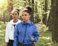 Deux femmes portant des vêtements de sport en parc Image stock