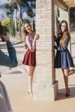 Deux femmes posant à un photographe Photographie stock