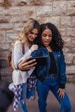 Deux femmes posant pour un selfie dehors Images libres de droits