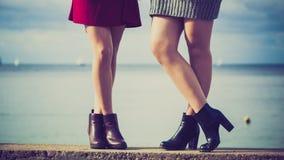 Deux femmes présent des chaussures extérieures Images libres de droits