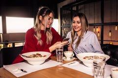 Deux femmes prenant le déjeuner Images libres de droits