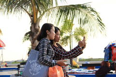 Deux femmes prenant le selfie Images libres de droits