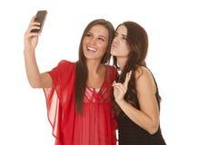Deux femmes prennent la photo de la paix d'individus photo libre de droits