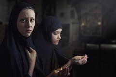 Deux femmes prient Image stock