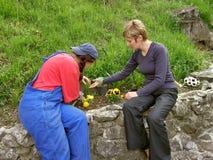 Deux femmes règle des jardins de fleur Image stock