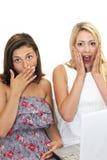 Deux femmes réagissant dans la crainte choquée Photographie stock