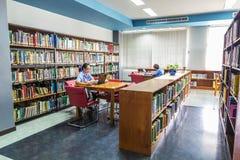 Deux femmes recherchant dans la bibliothèque Photographie stock libre de droits