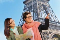 Deux femmes recherchant la bonne manière voyageant à Paris Image stock