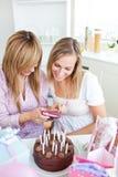 Deux femmes regardant des illustrations pendant un anniversaire Images libres de droits