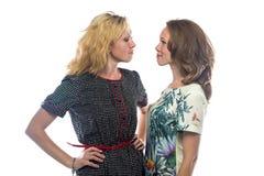 Deux femmes regardant l'un l'autre photographie stock