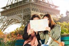 Deux femmes regardant la carte pendant l'excursion à Paris Image stock