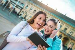 Deux femmes regardant sur le comprimé numérique Photographie stock libre de droits