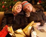Deux femmes retournant après voyage d'achats de Noël Image stock