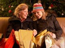 Deux femmes retournant après voyage d'achats de Noël Photos libres de droits