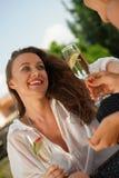 Deux femmes riantes buvant du vin mousseux Image libre de droits