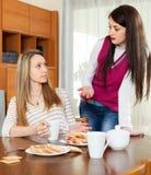Deux femmes sérieuses au-dessus de table de thé Images libres de droits