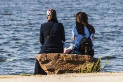 Deux femmes s'asseyant au bord de la mer en Turquie Photo libre de droits