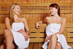 Deux femmes s'asseyant dans le sauna Image libre de droits