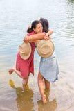 Deux femmes s'embrassant dans l'eau Photo stock