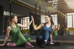 Deux femmes s'exerçant au centre de fitness Photos stock