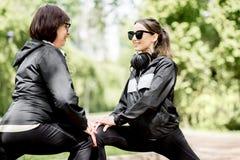 Deux femmes s'exerçant en parc Image libre de droits