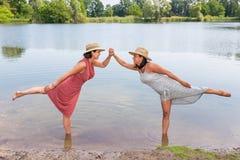 Deux femmes se tenant ensemble dans l'eau naturelle Photo stock