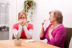 Deux femmes sont froides ou tristes Photographie stock libre de droits