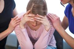 Deux femmes soulageant la fille pleurante. Photo libre de droits