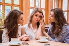 Deux femmes soulageant la fille pleurante en café Photos libres de droits