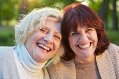 Deux femmes supérieures heureuses dans un jardin Photo libre de droits