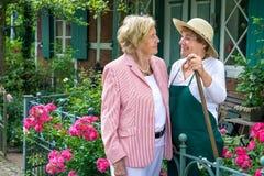 Deux femmes supérieures parlant ensemble dans le jardin Image libre de droits
