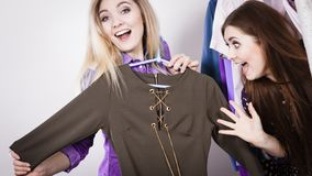 Deux femmes sur des vêtements de cueillette d'achats images stock