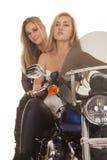 Deux femmes sur la fin de moto vers le haut de sérieux image libre de droits