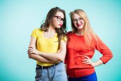 Deux femmes sur le fond bleu images libres de droits