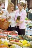 Deux femmes sur le marché de fruit Photographie stock