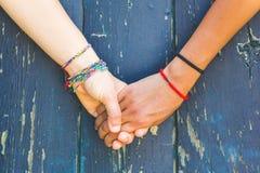 Deux femmes tenant des mains Images libres de droits