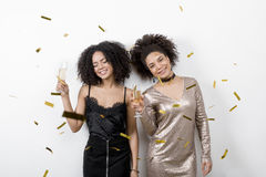 Deux femmes tenant des verres de champagne Image stock