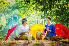 Deux femmes thaïlandaises, deux personnes ont plié le lotus rose vont au temple photo libre de droits