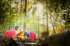 Deux femmes thaïlandaises que deux personnes ont plié le lotus rose vont au temple images libres de droits